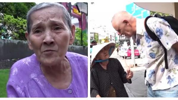 CLIP HOT: Cụ bà 84 tuổi 'bắn' tiếng Anh như gió khi bán vé số cho khách Tây