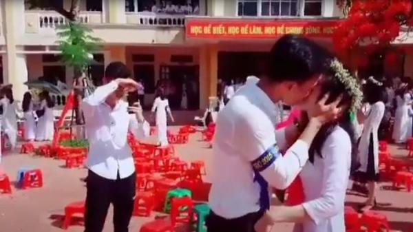 Nam sinh Thái Bình hôn bạn gái giữa sân trường trong lễ bế giảng