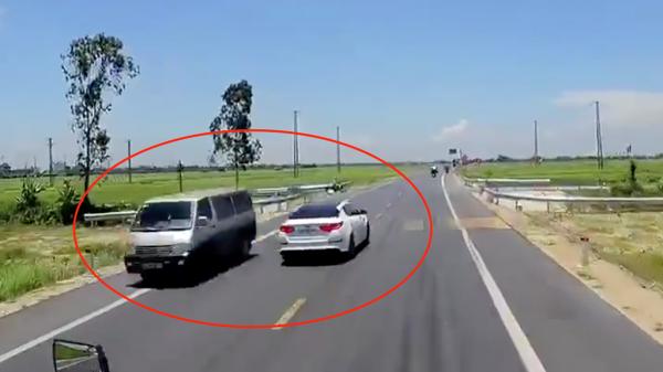 Xe ôtô đâm người đi xe máy tung lên cao rồi văng xuống ruộng ở Thái Bình