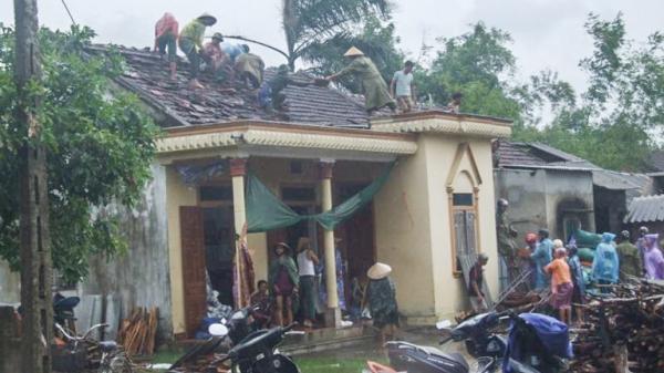 Bão số 4: Lốc xoáy đánh hỏng 65 ngôi nhà