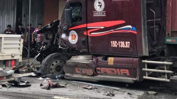 Thái Bình: Container va chạm xe tải, hai người mắc kẹt trong cabin