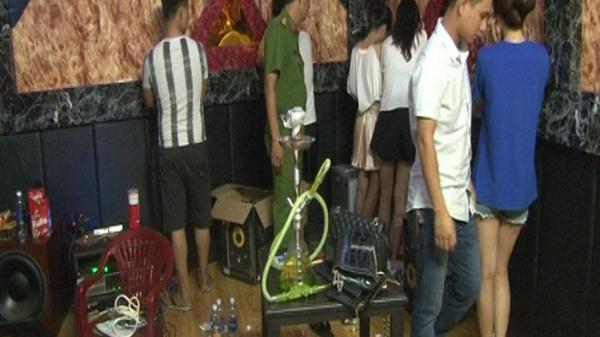 NÓNG: 25 khách 'thác loạn' trong nhà nghỉ dương tính với ma túy