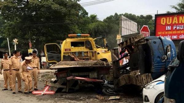 CHẤN ĐỘNG: Gác chắn bị hỏng, tàu hỏa tông LIÊN HOÀN ô tô, xe máy