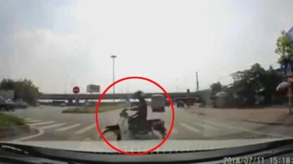 Hoảng hồn trước pha quay đầu 'kiểu tự sát' của thanh niên đi xe máy