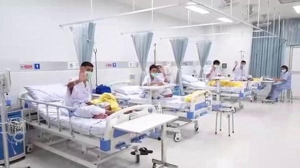 Các cầu thủ nhí gửi lời cảm ơn đến đội cứu hộ từ giường bệnh, thật vui vì các em đã khỏe mạnh
