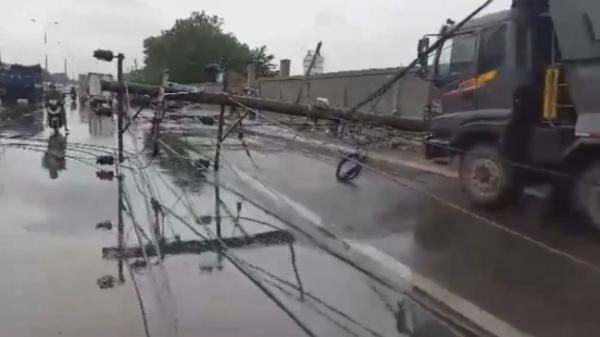 Video: Kinh hoàng dông lốc quật đổ hàng loạt cột điện trên quốc lộ