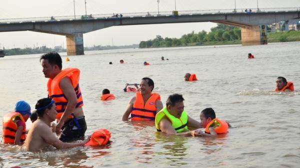 """Thái Bình: Nguy hiểm rình rập khi người dân """"giải nhiệt"""" tại Sông Trà Lý"""