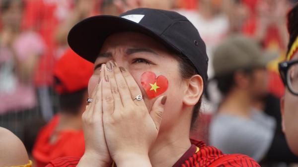 Giọt nước mắt tiếc nuối của người hâm mộ khi U23 Việt Nam bỏ lỡ huy chương đồng
