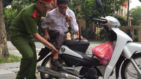 Chiến sĩ CSGT giúp người đàn ông bị liệt, kiệt sức trở về quê