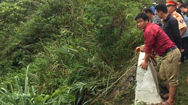 KINH HOÀNG: Xe 7 chỗ lao xuống vực sâu 100m, 5 người nhập viện cấp cứu