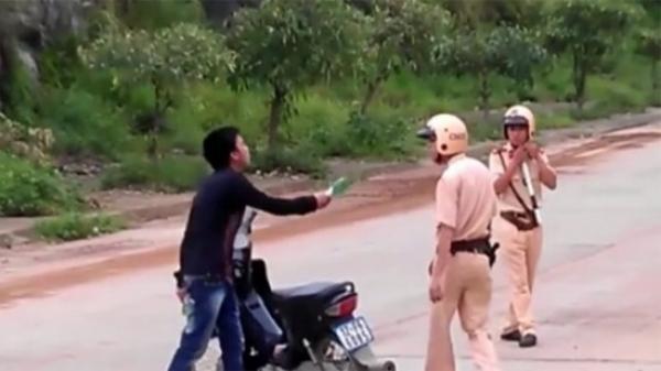 Kinh hoàng: Một CSGT bất ngờ bị chém đứt tai khi vây bắt 'quái xế'
