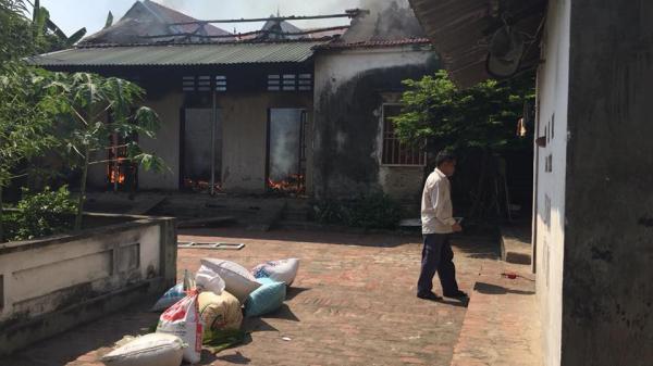 Nam thanh niên đốt nhà xong hô hoán hàng xóm dập lửa