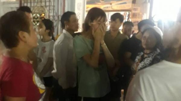Hà Nội: Cô gái ôm mặt khóc nức nở khi biết tin bạn trai 18 tuổi treo cổ tự tử trong phòng trọ