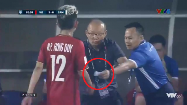 """Tiết lộ mẩu giấy """"nhắc bài"""" thầy Park đưa cho Hồng Duy trong trận đấu với Campuchia"""
