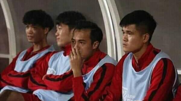 Văn Toàn bật khóc khi đồng đội giơ áo số 9 ăn mừng bàn thắng
