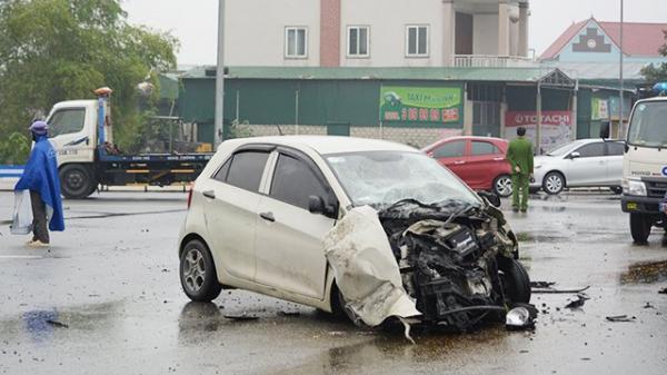 Va chạm xe tải, 3 người trong gia đình bị thư ơng nặng