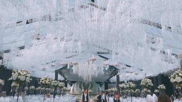 """Thái Nguyên: Choáng ngợp  """"siêu đám cưới""""  trang trí hết 4 tỷ đồng với hơn 13.000 bông hoa tươi nhập khẩu thu hút nghìn người tới chụp ảnh"""
