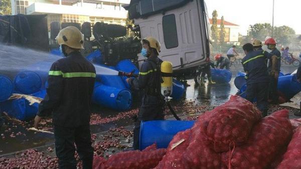 Lật xe, 34 tấn axit chảy tràn ra đường, khói mù mịt
