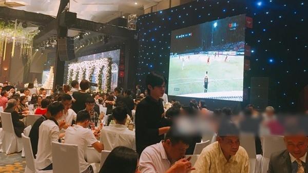 Cô dâu chú rể bật bóng đá giữa đám cưới, quan khách quên luôn nhân vật chính, hét vang trời 'Vào vào!!!'