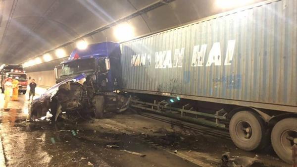 2 xe đầu kéo 'hôn' nhau bẹp đầu trong hầm Hải Vân, giao thông Bắc Nam tê liệt, 2 tài xế bắt tay mừng tai qua nạn khỏi