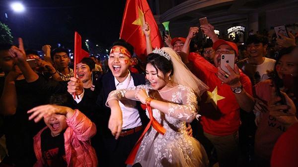 Cặp đôi Hà Nội chụp ảnh cưới trong đêm 'đi bão', kẻ xô người đẩy suýt lạc mất nhau giữa dòng đời tấp nập