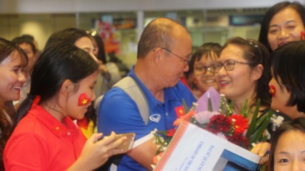 Biến sân bay Kuala Lumpur thành Nội Bài, ĐT Việt Nam đi đến đâu được chào đón nồng nhiệt đến đó