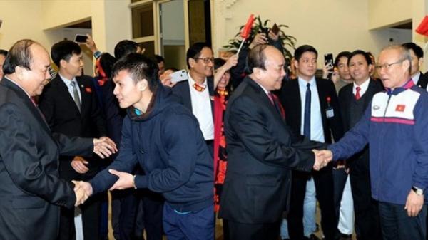 Thủ tướng viết tâm thư động viên toàn đội Việt Nam: Dưới cờ oai nghiêm sao vàng bay, hãy thi đấu hết mình