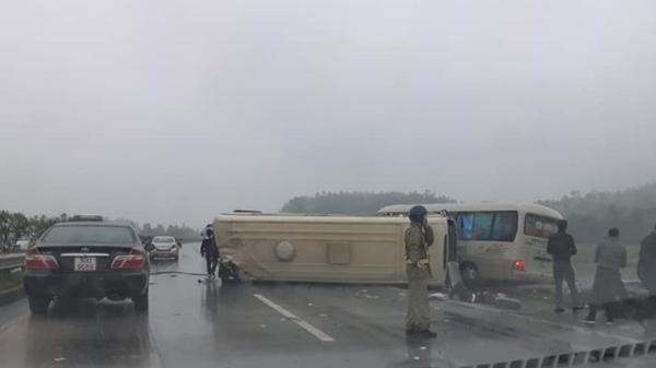 Thảm khốc vừa xong: Xe khách lật nhào trên cao tốc Nội Bài, hành khách la hét giữa mưa lạnh