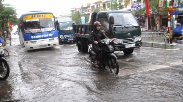 Nhiều tuyến phố, nhà dân tại thành phố Thái Bình bị ngập sau mưa lớn