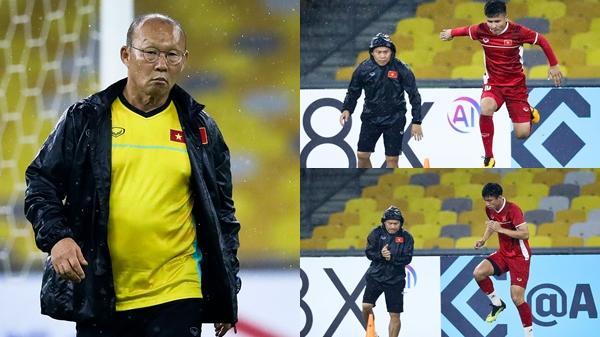 Cả tuyển Việt Nam dầm mưa tập luyện, thầy Park thương học trò, không chịu ngồi 1 chỗ, ra chịu ướt cùng