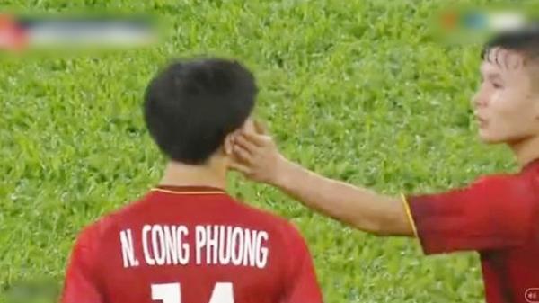 Góc cute: Công Phượng vừa ngơ ngáo vào sân, Quang Hải chào mừng bằng pha vuốt má tình tứ
