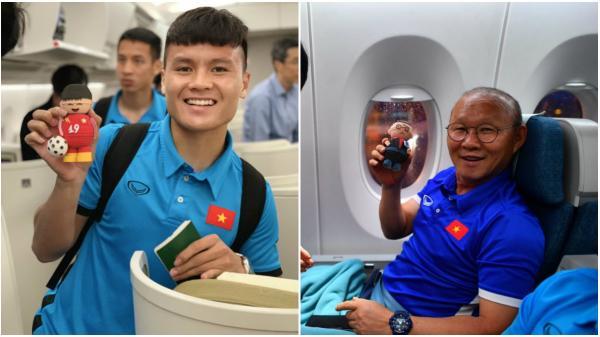HLV Park Hang-seo cùng đội tuyển Việt Nam tươi cười trên máy bay về nước, chuẩn bị cho đại chiến trên sân Mỹ Đình
