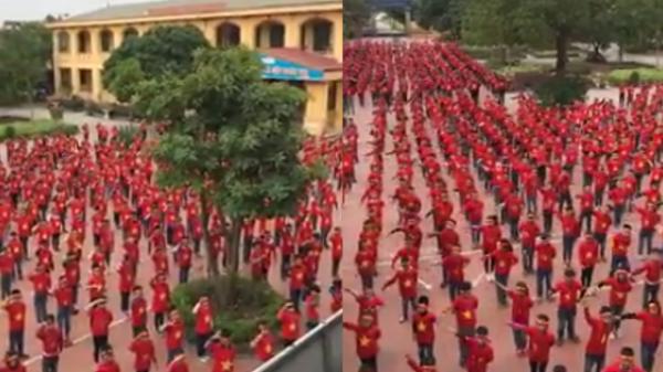 """Không ngại giá lạnh, hơn 1000 học sinh Hà Nội hát vang """"Việt Nam ơi"""" cổ vũ tuyển Việt Nam vô địch AFF Cup"""