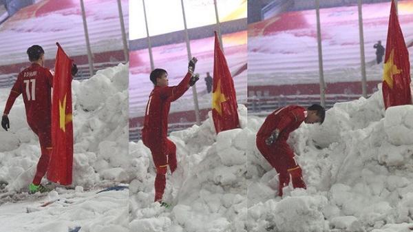 """Hình ảnh Duy Mạnh cắm cờ lên tuyết trắng Thường Châu lại gây bão: """"Lần này ngẩng cao đầu nhé"""""""