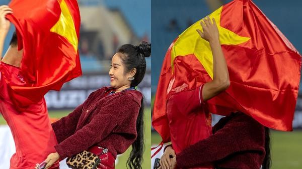 Trong niềm vui chiến thắng, hot boy ĐTVN trùm cờ đỏ sao vàng hôn bạn gái ngay trên sân Mỹ Đình