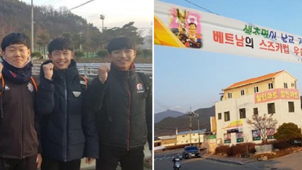 Quê nhà thầy Park treo đầy băng rôn, chào đón người con trở về như anh hùng dân tộc