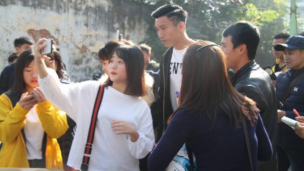 Thái Bình: Người hâm mộ quê nhà vây kín tuyển thủ Đoàn Văn Hậu