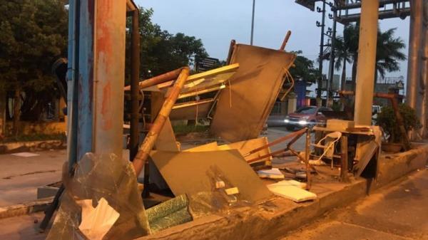 Thái Bình: Xe container tông đổ cabin trạm thu phí Tân Đệ