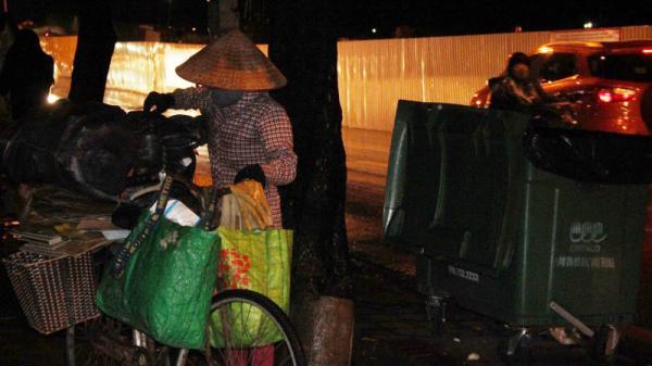 """Người phụ nữ quê Thái Bình vẫn mưu sinh trong đêm rét """"cắt thịt"""" cuối năm"""