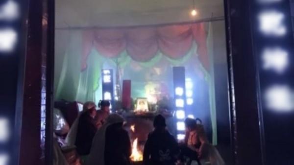 Nghe âm thanh lạ trong quan tài, người nhà ngay lập tức biến đám tang thành tiệc sinh nhật