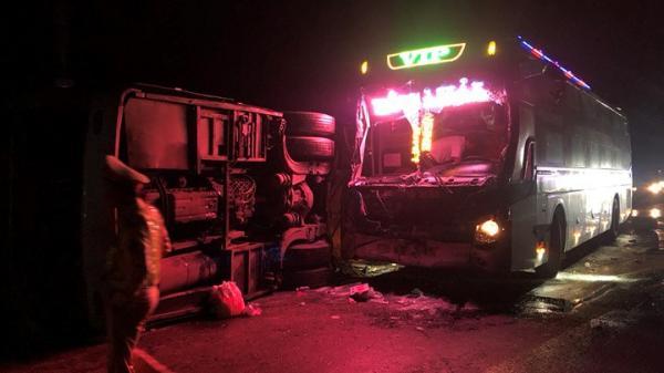 Xe khách Gia Lai đâm vào ô tô bị lật, 1 người c.h.ế.t, 13 người bị thương