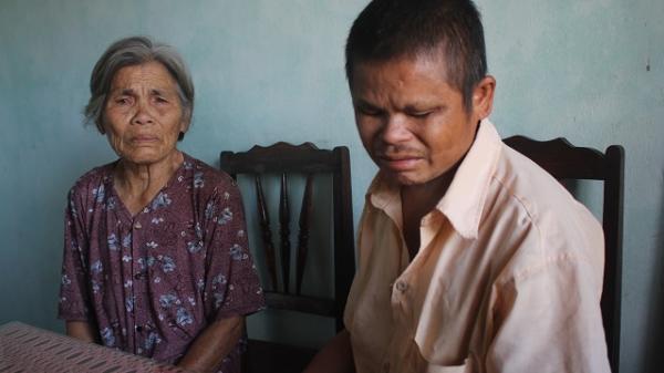Gia Lai: Người đàn ông m.ù đi ăn x.in nu.ôi mẹ già bị u.n.g t.h.ư