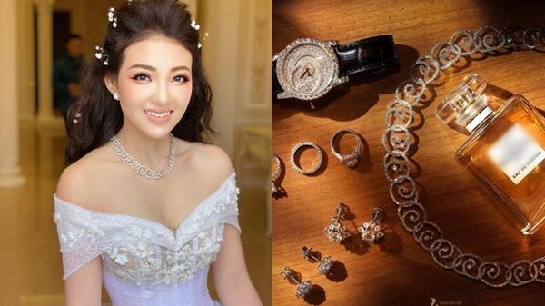 """Đám cưới """" siêu khủng"""" của cô dâu trong lâu đài 7 tầng: Gây chú ý không kém là bộ trang sức đính kim cương 9 tỷ, nhiều món là bản giới hạn"""