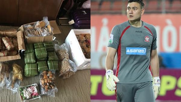 Bất ngờ trước loạt đồ ăn người hâm mộ tiếp tế từ quê nhà cho tuyển Việt Nam trước trận gặp Nhật Bản
