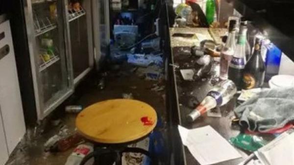 Ức chế vì cận Tết lại bị cha mẹ giục lấy vợ, chủ quán bar đập nát cả quán