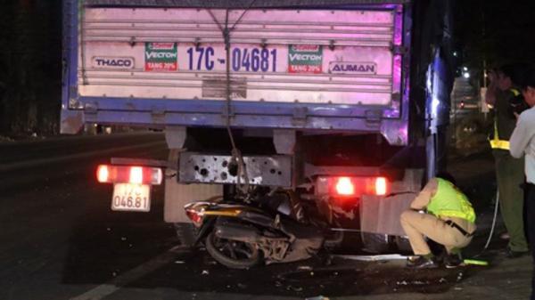 Xe máy tông đuôi ô tô tải BKS Thái Bình đỗ bên đường, nam thanh niên ch.ết th.ảm