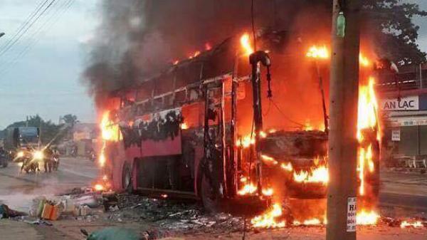 Tài xế cứu 30 hành khách thoát khỏi ôtô giường nằm bốc cháy