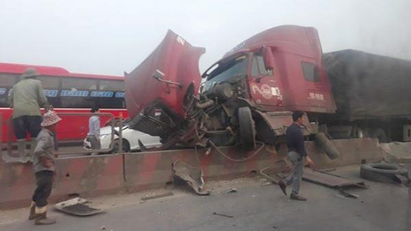 Tài xế quê Thái Bình lái xe container v.a ch.ạm với xế hộp, húc đổ 5 m dải phân cách