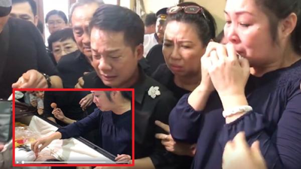 Hồng Vân – Minh Nhí khóc ngất, run rẩy trang điểm cho Anh Vũ lần cuối: Đi thanh thản nha em!