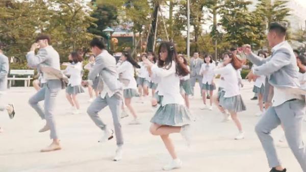 Thái Bình: Lớp học tung clip nhảy kỷ yếu cực chất nhưng dân tình chỉ chú ý đến nhan sắc của 2 nam sinh đứng đầu hàng